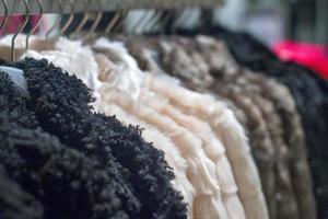 casaco de inverno pendurado na prateleira da loja foto