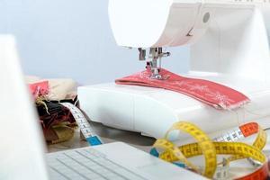 máquina de costura e item de vestuário foto