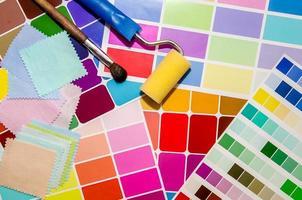 pincel de rolo de pintura e guia da paleta de cores foto