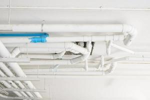 tubos industriais no encanamento do edifício.