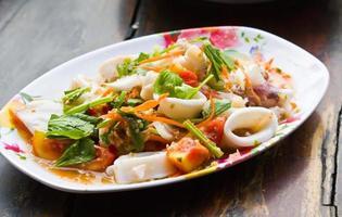 salada de macarrão de frutos do mar foto