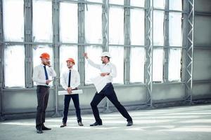 jovens construtores atraentes estão obtendo aprovação para a construção foto
