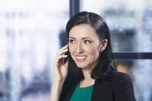 mulher de negócios bonita ao telefone foto