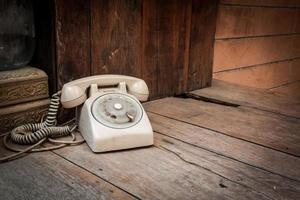telefone vintage em fundo madeira foto