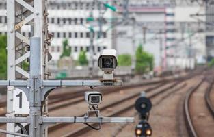 sistema de segurança de câmera de vídeo na estação de trem foto