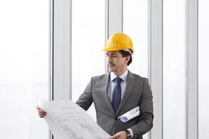 arquiteto no capacete de segurança