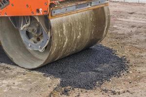 detalhe do rolo de estrada durante a construção de estradas foto
