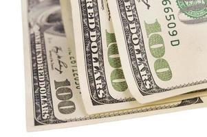 cem notas de dólar isoladas sobre o branco foto