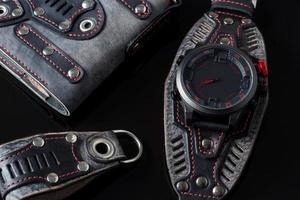 kit de acessórios. relógio de motociclista, carteira e chaveiro foto