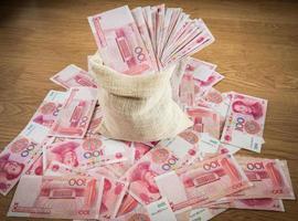 cem yuan, dinheiro chinês em saco de saco foto