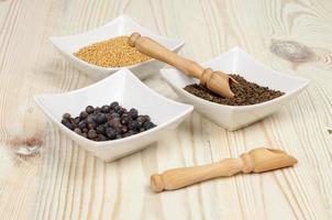 várias especiarias na mesa de madeira