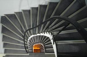 escada em espiral com luz no final.