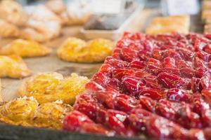 pastelaria com frutas no balcão