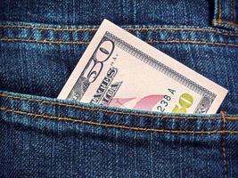 dólares no bolso da calça jeans foto