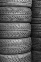 pneus de carro no armazém de pneus de prateleira foto