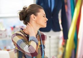 retrato de mulher alfaiate cansado com dor de garganta