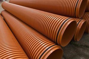 tubos de plástico empilhados - tuberias de material plastico apiladas foto