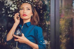 mulher com copo de vinho foto
