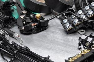 ferramentas e kit de componentes para uso em instalações elétricas foto