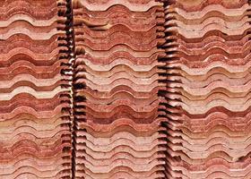 pilha de telhas vermelhas