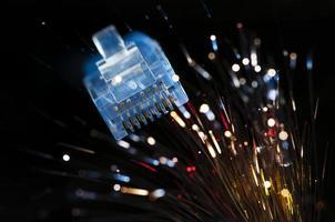 cabo ethernet com fundo de fibra óptica foto