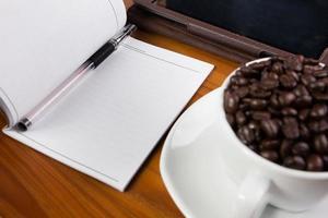 pc tablet digital na mesa de negócios com tela branca em branco foto
