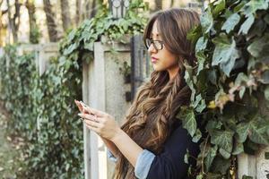 jovem mulher com telefone móvel foto