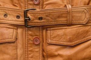 textura de uma jaqueta de couro marrom gasto. foto