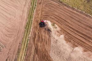 Vista aérea do trator no campo de colheita foto