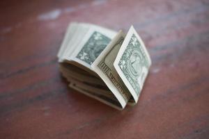 pilha de notas de dólar em cima de mármore.