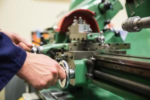 estudante de engenharia usando máquinas pesadas foto