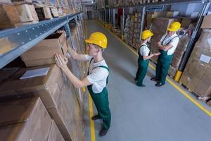 trabalhadores da fábrica em armazém foto