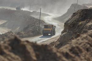 dumptruck de pedreira trabalhando em uma mina de carvão foto