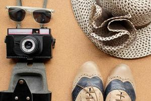 sapatos, chapéu, câmera e óculos de sol modernos foto