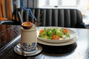 aperitivo e coquetel servido com ervas ardoras foto