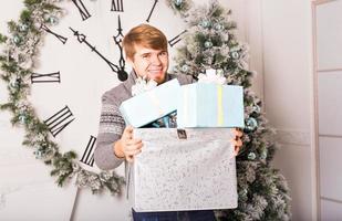homem feliz carrega presentes foto