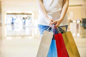 mulheres felizes segurando sacolas de compras foto