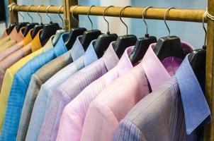 camisa de seda da Tailândia pendurada em um varal. foto