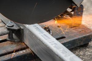 close-up cortando um metal quadrado e aço