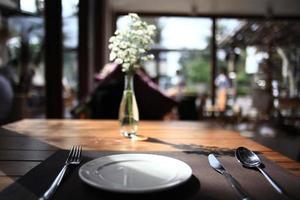 configuração de tabela no fundo do restaurante foto