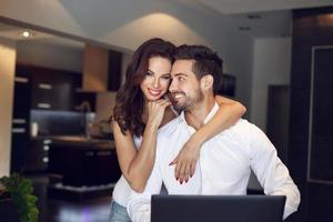casal feliz jovem gerente de sucesso em casa foto