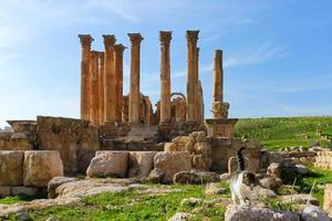 teatro sul, ruínas romanas na cidade de jerash foto
