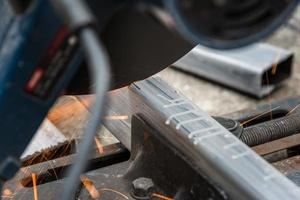 close-up cortando um metal quadrado e aço foto