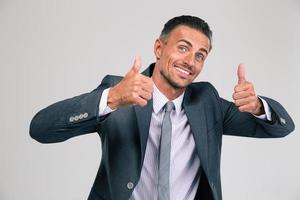 homem engraçado mostrando os polegares