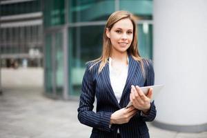 empresária usando um tablet digital foto