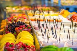 deliciosos deliciosos coquetéis doces na loja com take-away foto