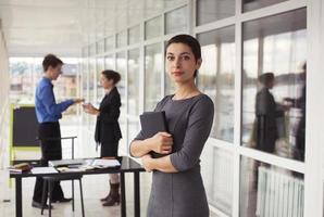 retrato de mulher de negócios atraente sucesso jovem com tablet