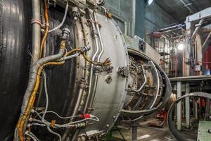 motor de turboshaft no hangar de aviação
