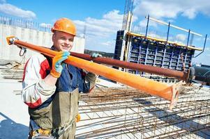 trabalhador Construtor no canteiro de obras foto