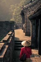 viajante de mulher na grande muralha foto